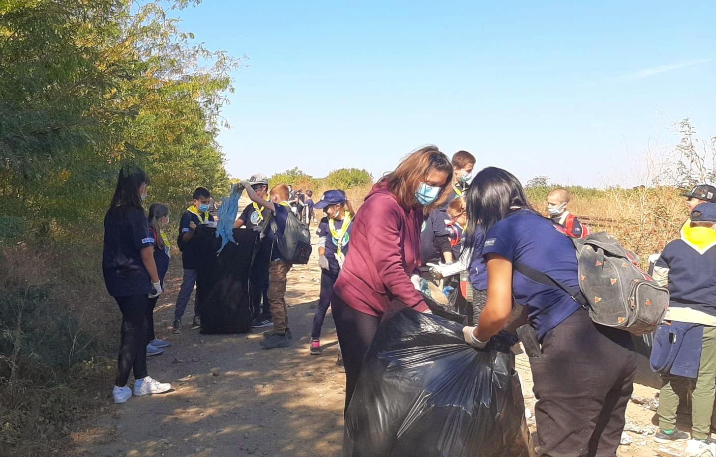 Campioni ai voluntariatului: Peste 120 de cercetași au strâns 100 de saci de deșeuri!